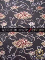 Kain Batik Warna Alam Motif Teratai Latar Hitam