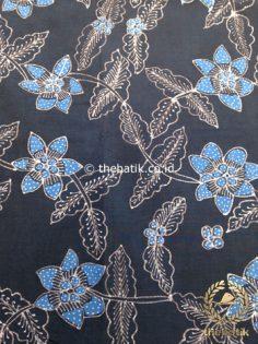 Kain Batik Tulis Warna Alam Motif Floral Biru Latar Hitam