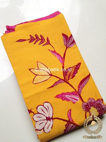Kain Batik Tulis Motif Kembang Pink Latar Kuning