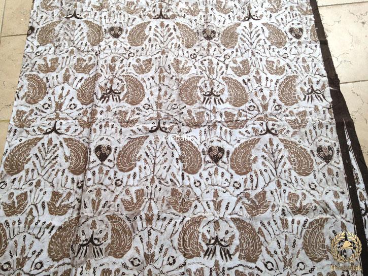 Kain Batik Tulis Warna Alam Semen Romo Coklat Latar Putih